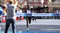 2017年の東京マラソンでゴールをする男子マラソンの優勝者=東京都千代田区で2017年2月26日、代表撮影