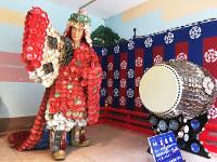 万歳楽の陶器人形。衣装も太鼓の胴の部分も陶器の皿=大阪市中央区久太郎町の坐摩神社で、松井宏員撮影
