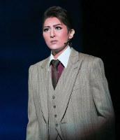誠実で真面目なサラリーマンの青柳誠二を演じる珠城りょう=宝塚大劇場で