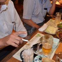 A man smokes at an izakaya pub in Chiba in this file photo taken on Aug. 10, 2017. (Mainichi)