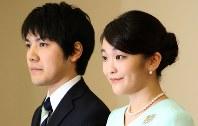 婚約内定の記者会見を終えられた眞子さまと小室圭さん=東京・赤坂東邸で2017年9月3日(代表撮影)