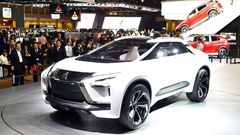 東京モーターショーで三菱自動車が公開したSUV型の電気自動車=2017年10月25日、西本勝撮影