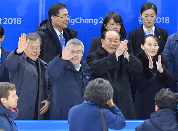 アイスホッケー女子の韓国、北朝鮮合同チーム「コリア」の選手たちに手を振る韓国の文在寅大統領(左端)、金与正朝鮮労働党第1副部長(右端)ら=2018年2月10日、手塚耕一郎撮影