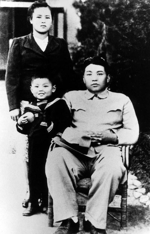 金日成氏(右)。左は妻の金正淑氏と幼少時代の金正日氏=朝鮮通信