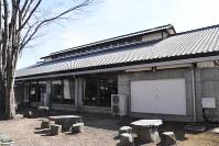 屋根には、養蚕農家を模したような通気の天窓がある=藤岡市浄法寺で