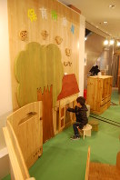 大川家具と連携して開発した保育所玩具で遊ぶ子供