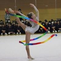 華麗な演技を披露するレフスキー新体操クラブの選手