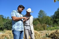 スマートフォンで農地の状況を確認するマイクロソフトのランビア・チャンドラ研究員(左)=米西部シアトル近郊で、清水憲司撮影