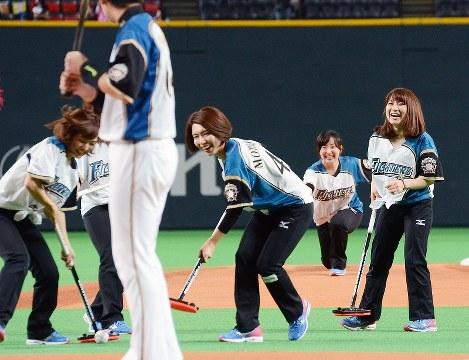 プロ野球・日本ハムの試合前セレモニーで、藤沢五月選手(右から2人目)が投じたボールをホームへと導く本橋麻里選手(同3人目)ら=札幌ドームで2016年5月31日、江連能弘撮影