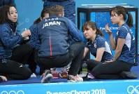 1次リーグ・スウェーデン戦の第5エンド後、おやつのイチゴを食べながら話し合う日本チームの選手たち=江陵カーリングセンターで2018年2月19日、手塚耕一郎撮影