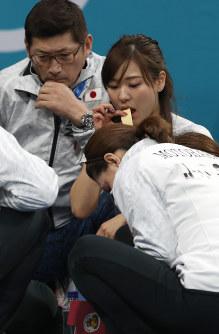 【英国―日本】休憩中、リンゴを食べる吉田知那美ら=江陵カーリングセンターで2018年2月20日、佐々木順一撮影