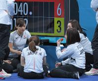 【スイスー日本】第5エンドを終え、3点を追う展開にイチゴを食べながら作戦を練る日本チームの選手ら=江陵カーリングセンターで2018年2月21日、手塚耕一郎撮影