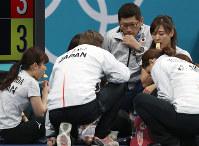 【英国―日本】休憩中、リンゴを食べる吉田知那美ら日本チーム=江陵カーリングセンターで2018年2月20日、佐々木順一撮影
