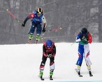 【平昌五輪】女子スキークロス1回戦、滑走する梅原玲奈(奥)=フェニックス・スノーパークで2018年2月23日、山崎一輝撮影