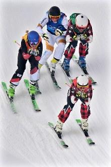 【平昌五輪】フリースタイルスキー女子スキークロス決勝で先頭を滑走する優勝したカナダのケルシー・セルワ=フェニックス・スノーパークで2018年2月23日、山崎一輝撮影
