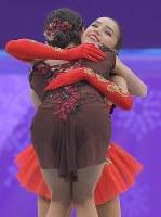 【平昌五輪】女子フリーの演技を終え、セレモニーで抱き合う優勝したザギトワ(奥)と、2位のメドベージェワ=江陵アイスアリーナで2018年2月23日、手塚耕一郎撮影