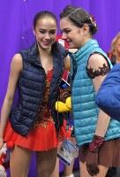 【平昌五輪】女子フリーの演技後、笑顔を見せる優勝したザギトワ(左)と、2位のメドベージェワ=江陵アイスアリーナで2018年2月23日、手塚耕一郎撮影