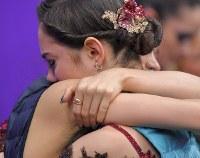 【平昌五輪】女子フリーの演技後、ザギトワと抱き合う、2位となったメドベージェワ(手前)=江陵アイスアリーナで2018年2月23日、手塚耕一郎撮影