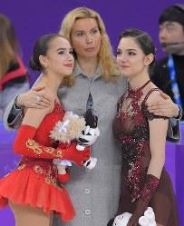【平昌五輪】女子フリーで優勝したザギトワ(左)と、2位のメドベージェワ(右)を抱き寄せるトゥトベリゼ・コーチ=江陵アイスアリーナで2018年2月23日、手塚耕一郎撮影