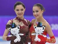 【平昌五輪】女子フリーの演技を終え、セレモニーで並ぶ優勝したザギトワ(右)と、2位のメドベージェワ=江陵アイスアリーナで2018年2月23日、手塚耕一郎撮影