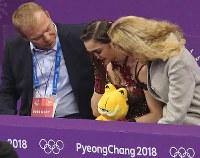 女子フリーの演技を終え、順位を確認して涙を流すメドベージェワ(中央)=江陵アイスアリーナで2018年2月23日、佐々木順一撮影