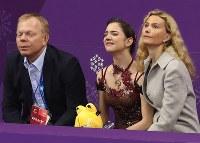 女子フリーの演技を終え、順位を確認して肩を落とすメドベージェワ(中央)=江陵アイスアリーナで2018年2月23日、佐々木順一撮影
