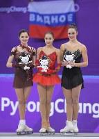 【平昌五輪】女子フリーの演技を終え、観客席でロシア国旗が振られる中、セレモニーで並ぶ優勝したザギトワ(中央)と、2位のメドベージェワ(左)、3位のオズモンド=江陵アイスアリーナで2018年2月23日、手塚耕一郎撮影