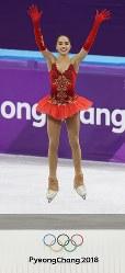 女子シングルで優勝し、セレモニーで飛び上がって喜ぶザギトワ=江陵アイスアリーナで2018年2月23日、佐々木順一撮影