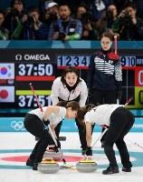 【日本―韓国】大勢の日韓の報道陣が詰めかける中、第1エンド、指示を出す藤沢五月(中央奥)。右奥は韓国の金ウンジョン=江陵カーリングセンターで2018年2月23日、宮間俊樹撮影