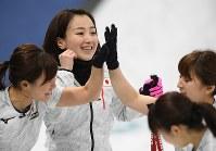 【日本―韓国】第2エンド、2点を奪い返して笑顔の藤沢五月(中央)ら日本の選手たち=江陵カーリングセンターで2018年2月23日、宮間俊樹撮影