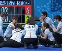 【日本―韓国】第5エンドを終えて、間食をとりながら作戦を練る吉田知那美(左から2人目)ら=江陵カーリングセンターで2018年2月23日、手塚耕一郎撮影