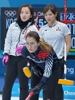 【日本―韓国】第4エンド、韓国チームのストーンの動きを見つめる藤沢五月(左)と、吉田知那美。手前は韓国の金ウンジョン=江陵カーリングセンターで2018年2月23日、手塚耕一郎撮影