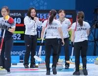 【日本―韓国】第10エンド、ぎりぎりで同点とし、延長戦に持ち込んで笑顔を見せる藤沢五月(左)ら日本選手=江陵カーリングセンターで2018年2月23日、手塚耕一郎撮影