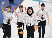 【日本―韓国】延長の末、韓国に敗れて引きあげる藤沢五月(右から2人目)ら日本代表の選手たち=江陵カーリングセンターで2018年2月23日、宮間俊樹撮影