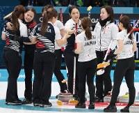 【日本―韓国】試合後、健闘をたたえ合う日本と韓国の選手たち=江陵カーリングセンターで2018年2月23日、宮間俊樹撮影