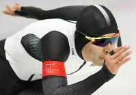 男子1000メートルで滑走する小田卓朗=江陵オーバルで2018年2月23日、佐々木順一撮影