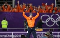 男子1000メートルで優勝し、表彰式で飛び上がって喜ぶナウシュ=江陵オーバルで2018年2月23日、佐々木順一撮影