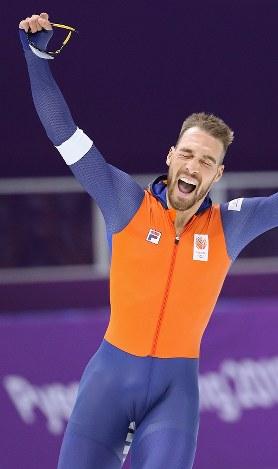 男子1000メートルで優勝し、手を突き上げて喜ぶナウシュ=江陵オーバルで2018年2月23日、佐々木順一撮影