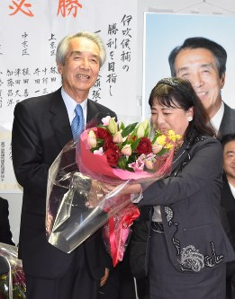 In this Oct. 22, 2017 file photo, Bunmei Ibuki, left, accepts a bouquet to congratulate him on his re-election to the House of Representatives, in Kyoto's Nakagyo Ward. (Mainichi)