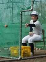 目を守るためスポーツ用眼鏡を着用してボールをトスする水口東の選手