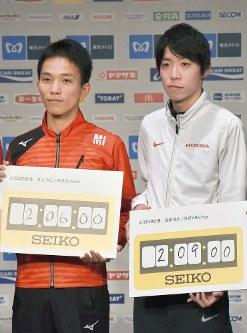 東京マラソンの目標で日本新の2時間6分を掲げた井上(左)と、2時間9分と記した設楽=東京都新宿区の京王プラザホテルで2018年2月23日午後2時8分、小林悠太撮影