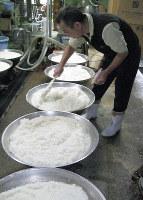 大鍋で発酵のときを待つ「みき」=鹿児島県龍郷町の高野食品で