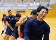 兵庫ブルーサンダーズの若手とトレーニングに励む井川慶(右端)=兵庫県三田市で2017年7月、菅知美撮影