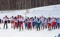 全日本選手権の一斉スタートで先頭に立つ吉田圭伸(1番)=札幌市白旗山距離競技場で2016年3月15日、江連能弘撮影