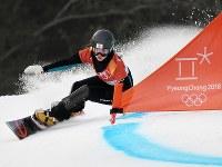 【平昌五輪】スノーボード女子パラレル大回転予選1回目を滑る竹内智香=フェニックス・スノーパークで2018年2月24日、山崎一輝撮影