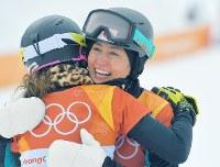 【平昌五輪】予選2回目を滑り終え、同走した選手と笑顔で抱き合う竹内智香=フェニックス・スノーパークで2018年2月24日、手塚耕一郎撮影