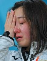 【日本―韓国】延長戦の末、韓国に敗れ、試合後の記者会見で涙を流す藤沢五月=江陵カーリングセンターで2018年2月23日、手塚耕一郎撮影