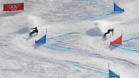 【平昌五輪】準々決勝で同走選手と争う竹内智香(左)。この滑りで同走選手に敗れて敗退した=フェニックス・スノーパークで2018年2月24日、手塚耕一郎撮影