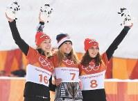 【平昌五輪】スノーボード女子パラレル大回転で優勝し、セレモニーで笑顔を見せるレデツカ・エステル(中央)。左は2位のイエルク・セリナ、右は3位のホフマイスター・ラモナテレジア=フェニックス・スノーパークで2018年2月24日、山崎一輝撮影