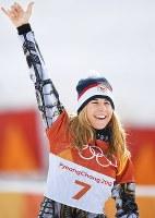【平昌五輪】スノーボード女子パラレル大回転で優勝し、セレモニーで笑顔を見せるレデツカ・エステル=フェニックス・スノーパークで2018年2月24日、山崎一輝撮影